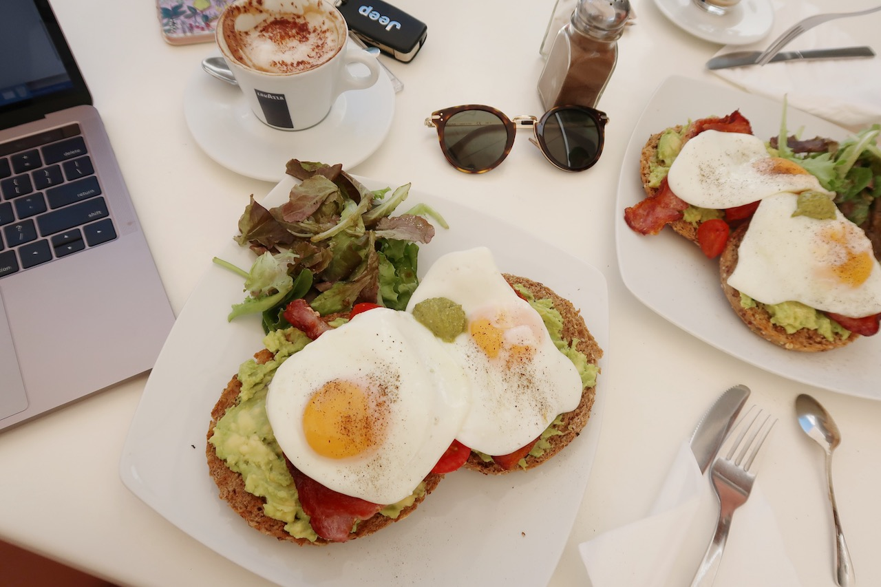 best-brunch-places-in-marbella-fresh-food-cafe-1